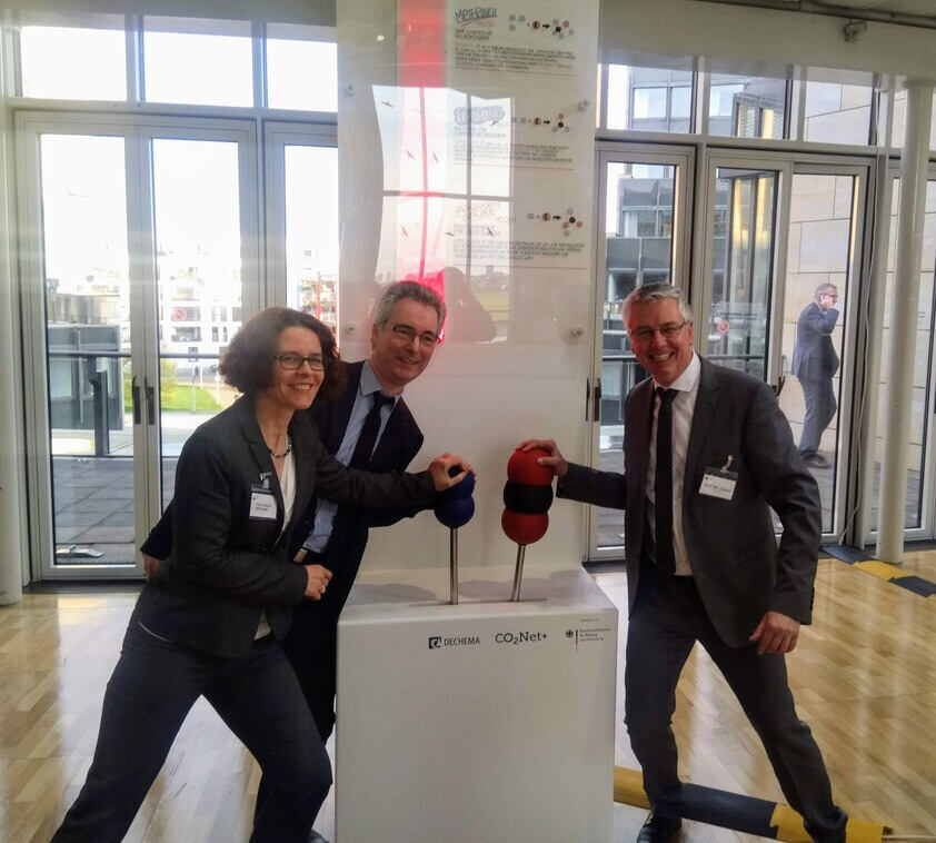 Two professors and a former member of the Landtag NRW at the exhibition on the chemical industry